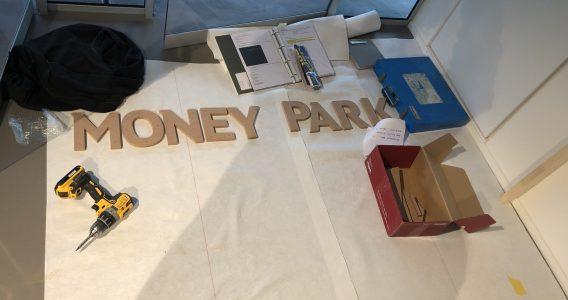 Das Bild zeigt Werkzeug, das die Handwerker bei der Montage des MoneyPark Logos aus Holz benötigten